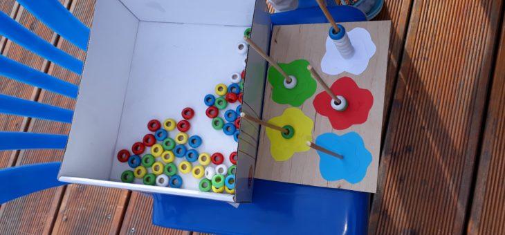 Nauka kolorów dla maluszków – zabawka zrobiona ze starego liczydła wzorowana na pomocach Montessori.