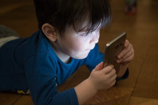 Oczywiste korzyści używania smartfona przez małe dzieci.